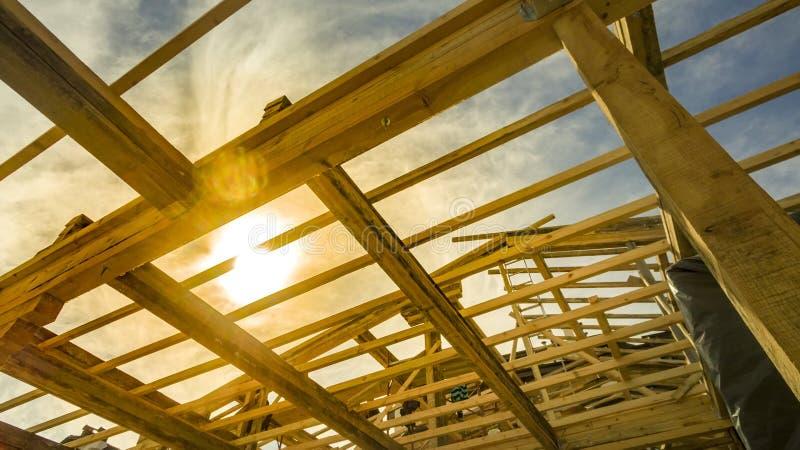 El nuevo enmarcar casero de la construcción residencial contra una puesta del sol foto de archivo libre de regalías