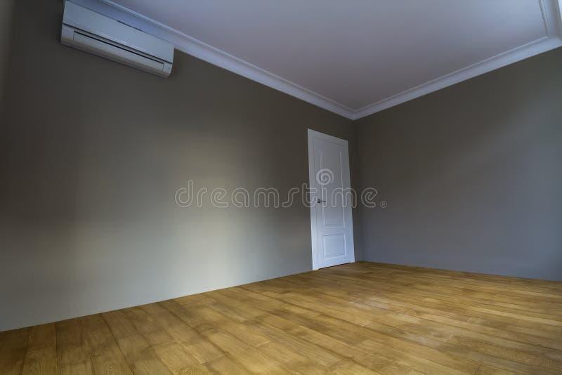El nuevo interior renovado con las paredes recientemente pintadas, blanco del sitio hace imágenes de archivo libres de regalías