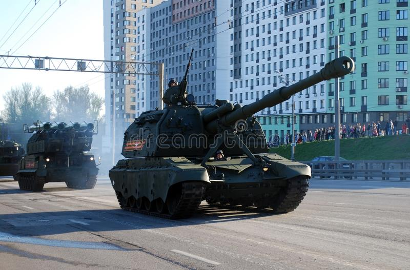 El obús automotor divisional soviético y ruso SAU de 152 milímetros Msta-con circunda la ciudad foto de archivo