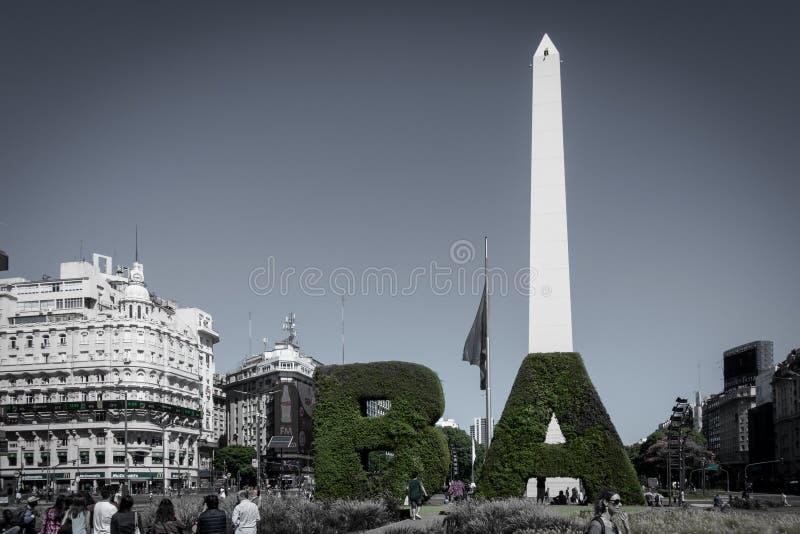 El obelisco la señal de Buenos Aires, la Argentina Está situado en el blica de la Rep de la plaza en Avenida 9 de Julio fotografía de archivo libre de regalías