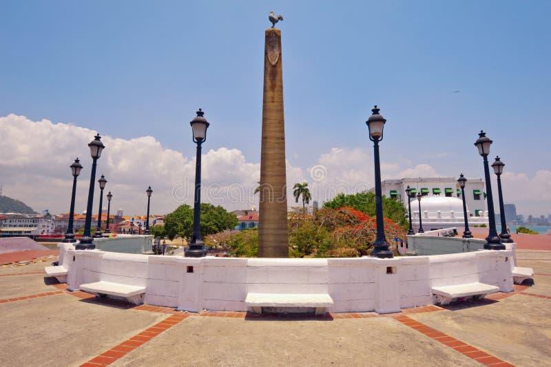 El obelisco remató el byrooster, símbolo del francés fotos de archivo