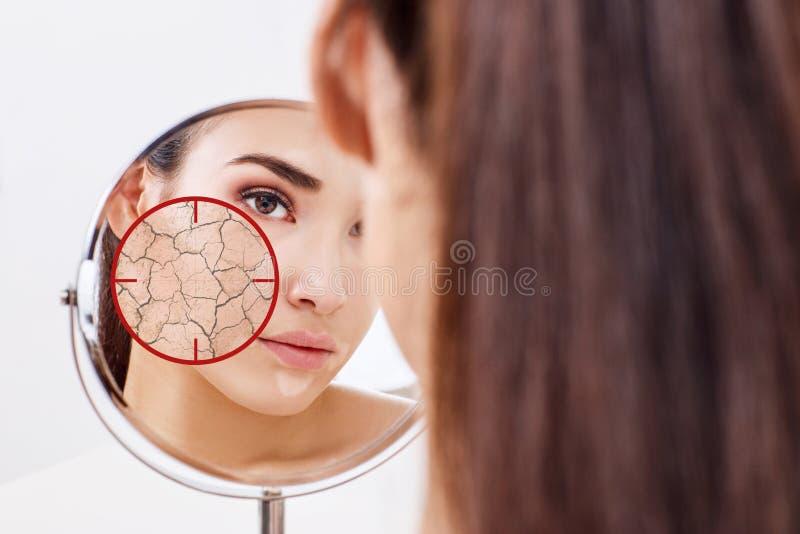El objetivo rojo muestra la piel facial seca antes de humedecer imagenes de archivo