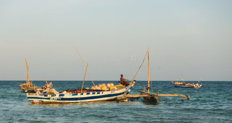 El Océano Índico tradicional viejo del barco del ` s de los pescadores foto de archivo