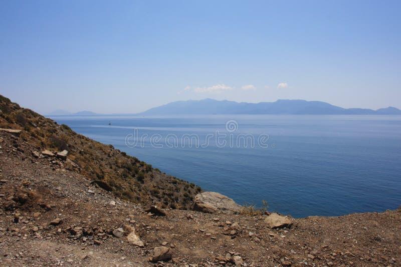 El océano azul en el mar de Dodecanese imagenes de archivo