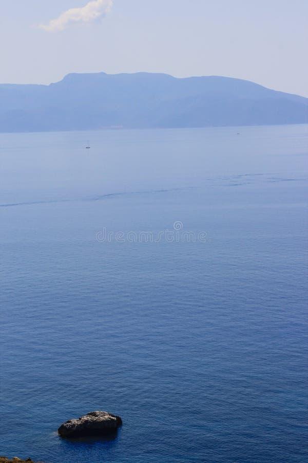 El océano azul en el mar de Dodecanese fotos de archivo