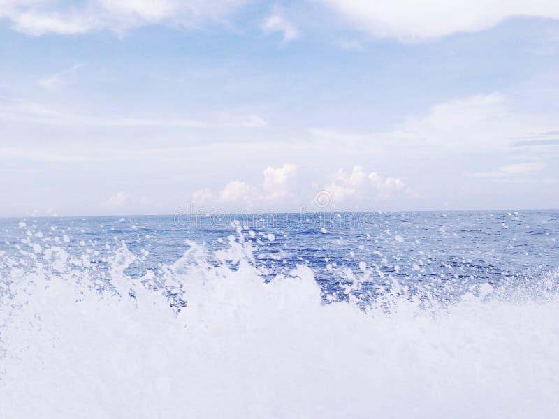 El océano azul hermoso foto de archivo