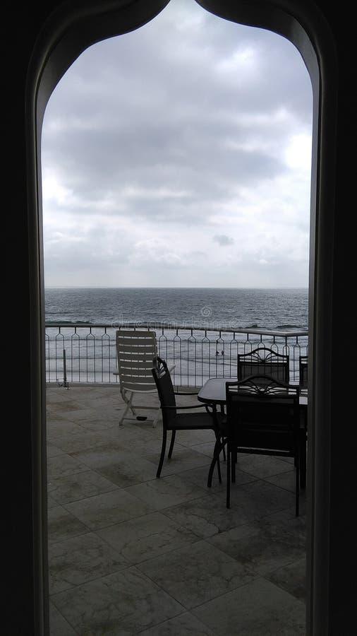 El océano debajo de la puerta fotografía de archivo