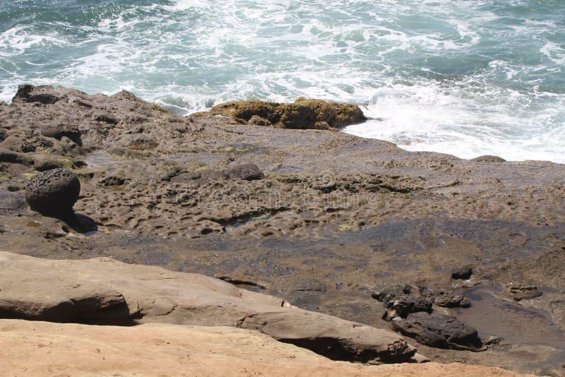 El océano resuelve los acantilados en playa del océano imagen de archivo libre de regalías