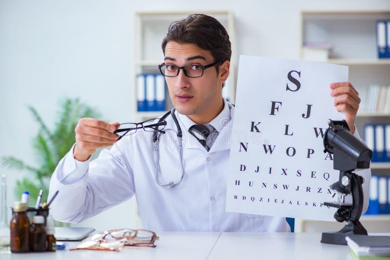El oculista en concepto médico fotos de archivo
