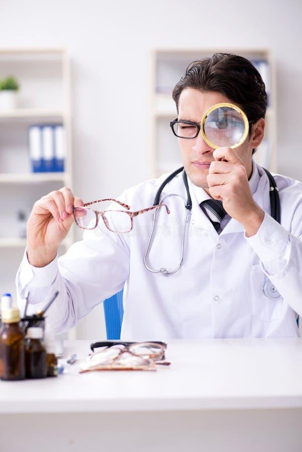 El oculista en concepto médico imagenes de archivo