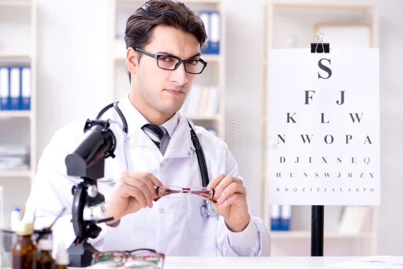 El oculista en concepto médico foto de archivo libre de regalías