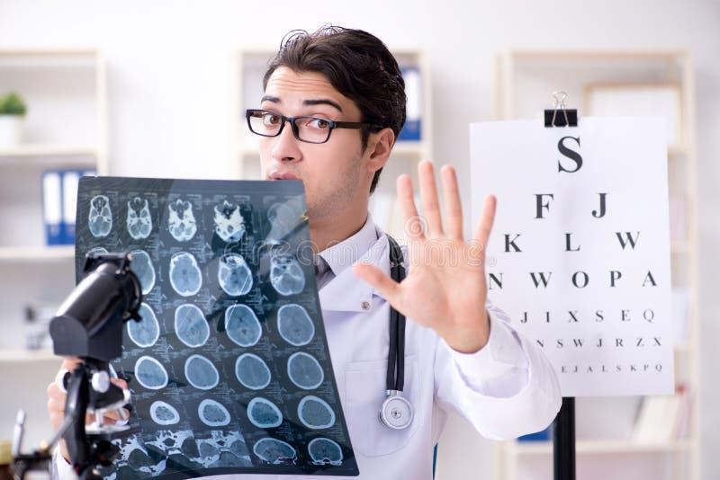 El oculista en concepto médico imágenes de archivo libres de regalías