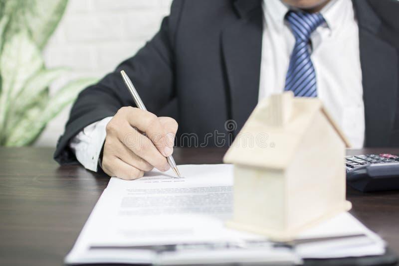 El oficial de banco firma el contrato para aprobar foto de archivo