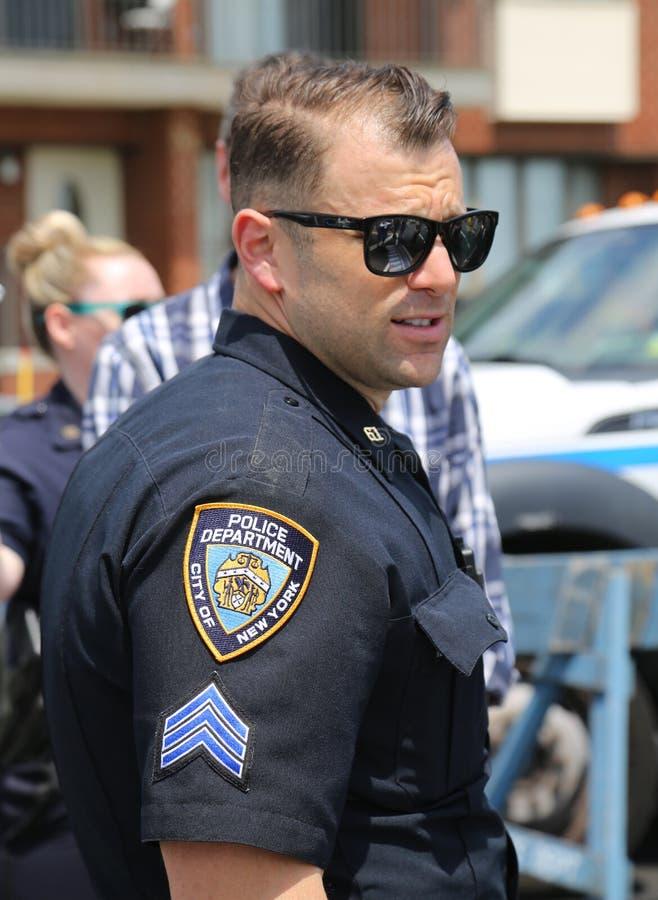 El oficial de policía de NYPD proporciona seguridad durante festival de la calle del Fest de la bahía en bahía del Sheepshead en  fotos de archivo libres de regalías