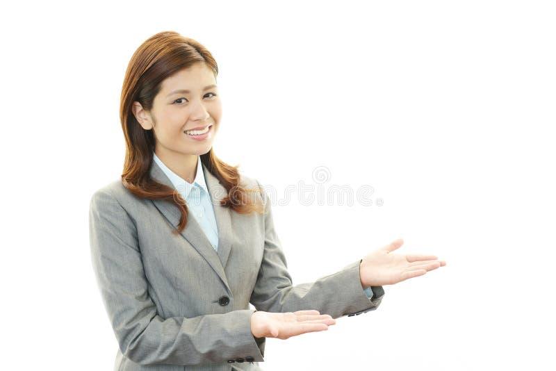 El oficinista de sexo femenino que presenta feliz foto de archivo