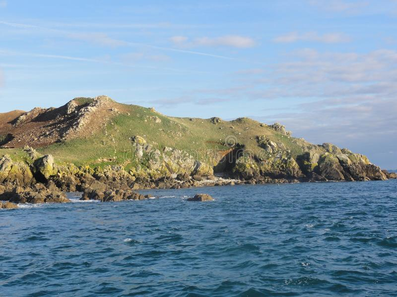 El oiseaux aux. de Ile es una pequeña isla en el Bretaña - vista delantera fotografía de archivo libre de regalías