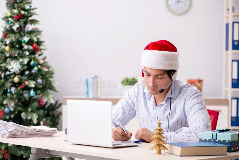 El operador de los telesales durante venta de la Navidad en el teléfono fotografía de archivo libre de regalías
