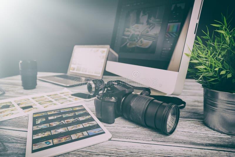 El ordenador de los fotógrafos con la foto corrige programas fotos de archivo