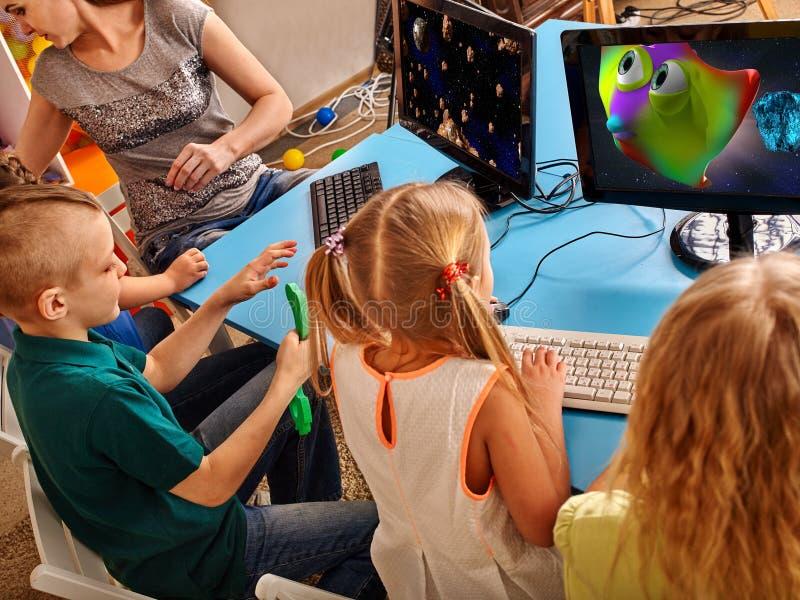 El ordenador de los niños nos clasifica para la educación y el videojuego imagenes de archivo