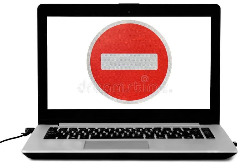 El ordenador portátil con a no incorpora la señal de tráfico en la pantalla aislada en blanco Concepto negado del acceso fotografía de archivo