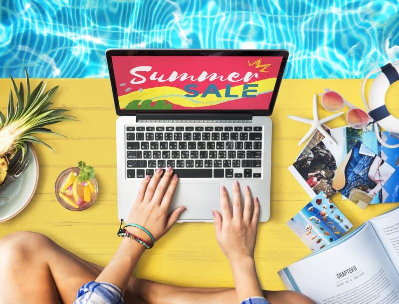El ordenador portátil de la venta del verano relaja concepto de las compras del día de fiesta fotografía de archivo libre de regalías