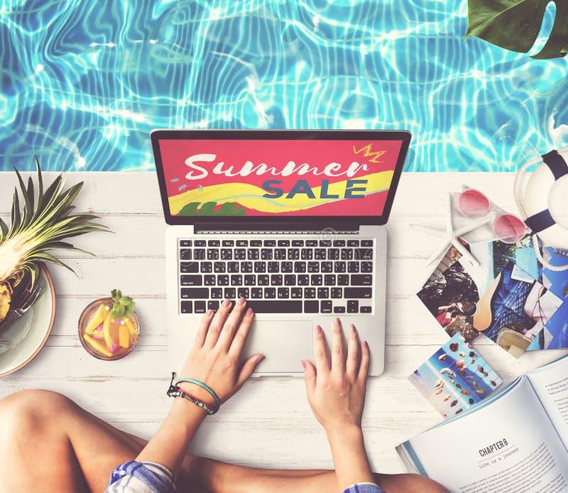 El ordenador portátil de la venta del verano relaja concepto de las compras del día de fiesta foto de archivo libre de regalías
