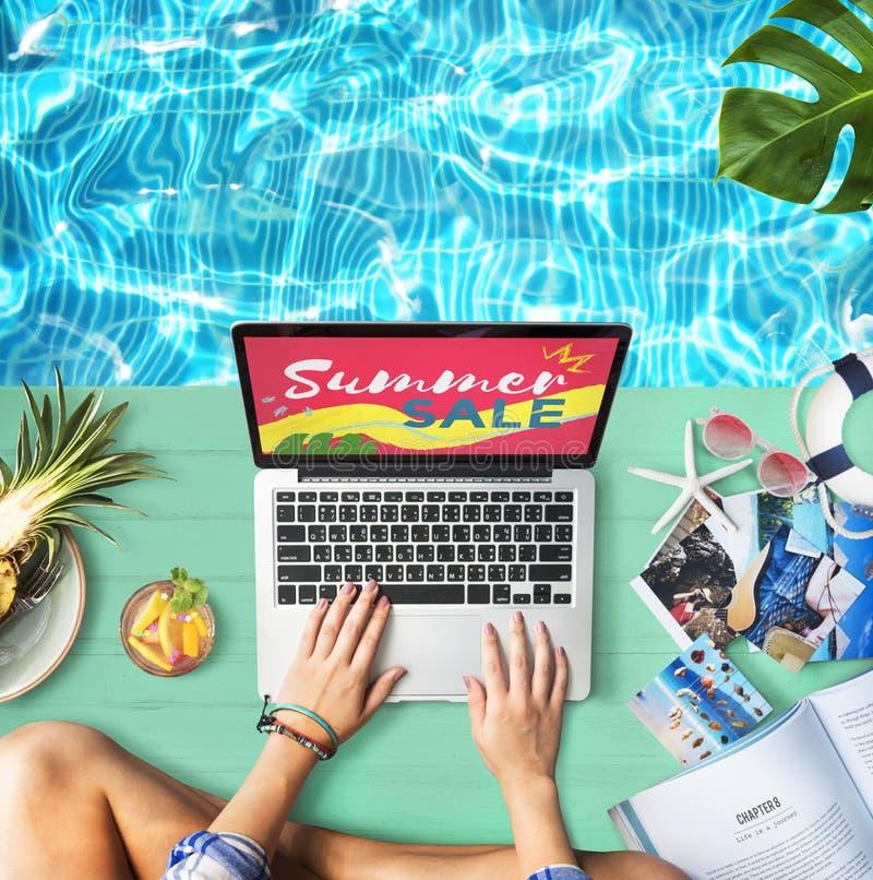 El ordenador portátil de la venta del verano relaja concepto de las compras del día de fiesta imagen de archivo libre de regalías