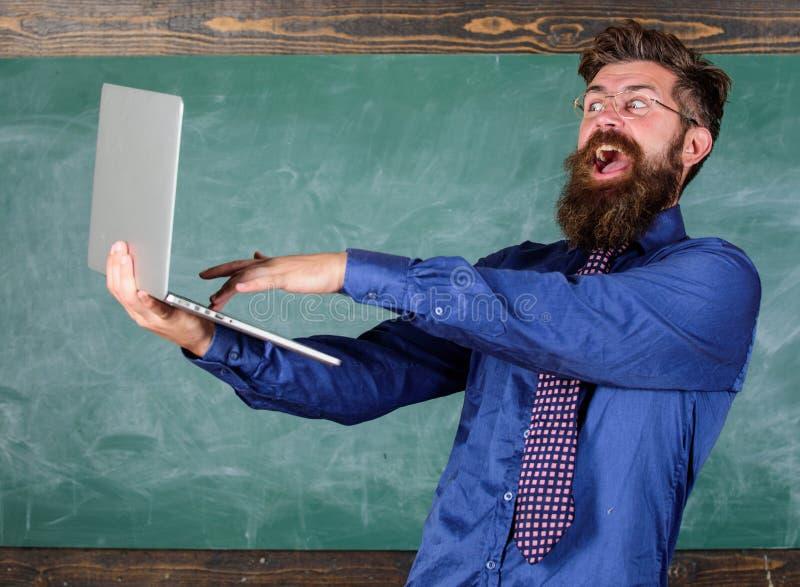 El ordenador portátil del control de las lentes del profesor del inconformista pasó el control del conocimiento de la distancia E imagen de archivo