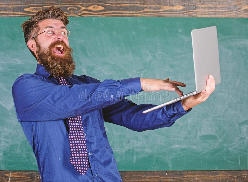 El ordenador portátil del control de las lentes del profesor del inconformista pasó el control del conocimiento de la distancia E fotos de archivo