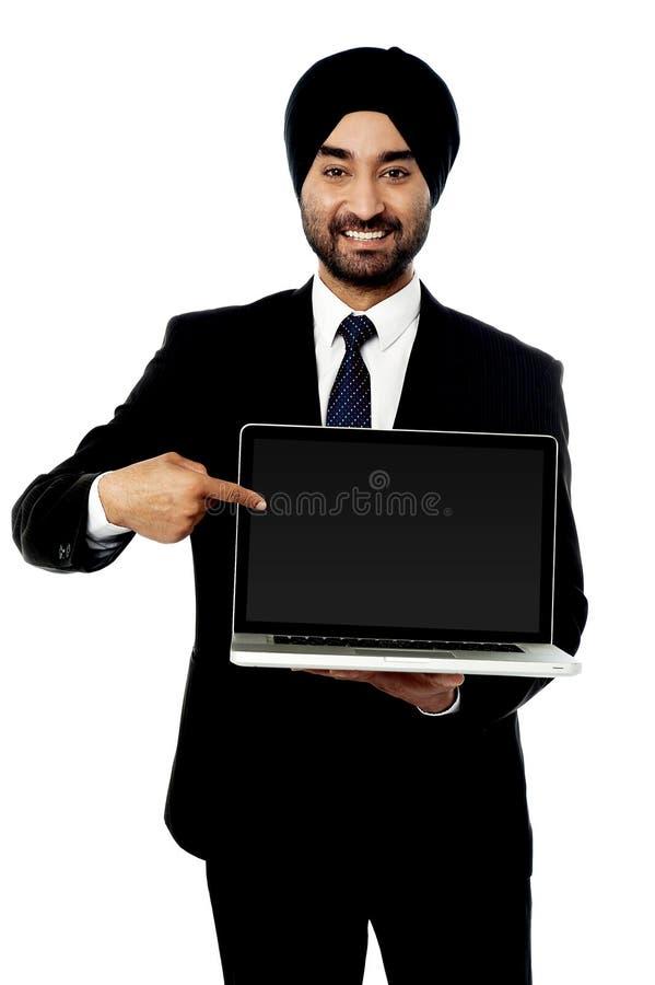 ¡El ordenador portátil a estrenar está hacia fuera para la venta! fotos de archivo