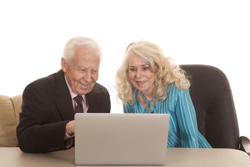 El ordenador portátil mayor ambos de los pares sonríe fotografía de archivo libre de regalías