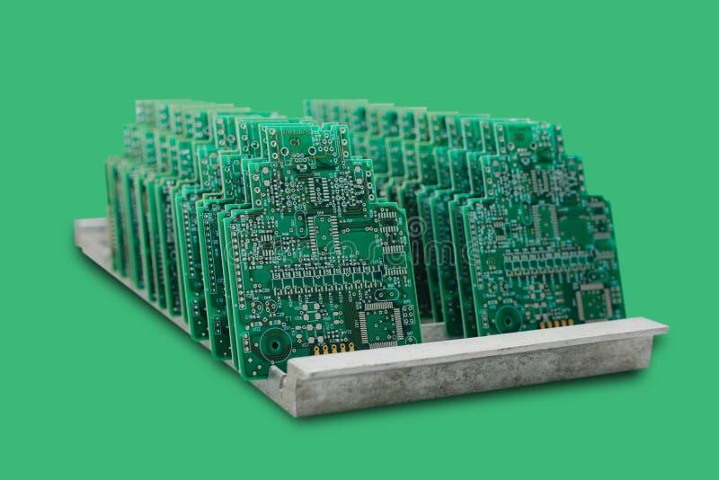 El ordenador sube en fila en un fondo verde imagenes de archivo