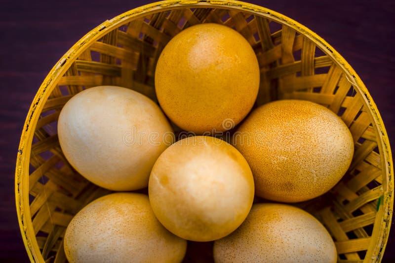 El ` orgánico crudo s de la gallina eggs en una cesta en superficie de madera imágenes de archivo libres de regalías