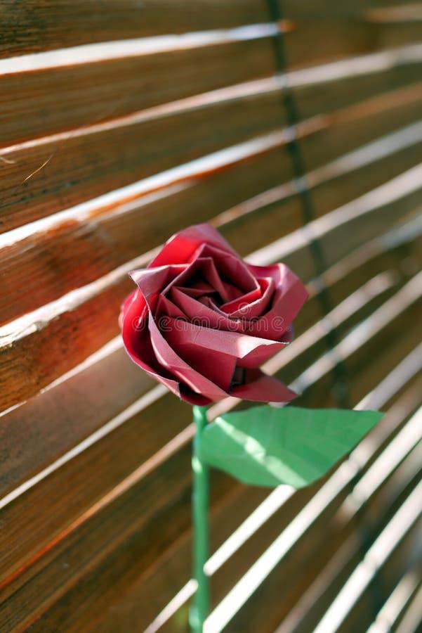 El origami rojo se levantó imagen de archivo libre de regalías