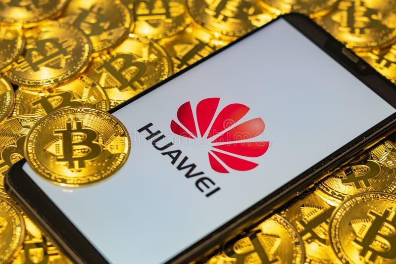 El oro Bitcoin acuña la pila con el logotipo de Huawei fotos de archivo libres de regalías