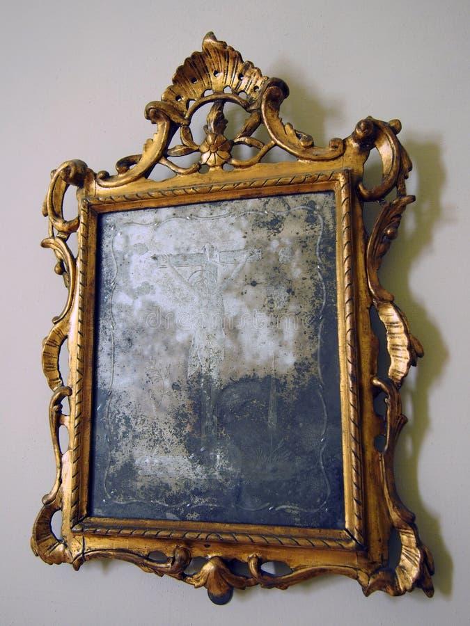 el oro deslustrado viejo enmarcó el espejo con los detalles barrocos adornados fotos de archivo libres de regalías