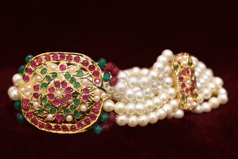 El oro plateó la joyería - diseñador de lujo de oro e imagen macra del primer de la pulsera de 'Jadau 'de la perla foto de archivo