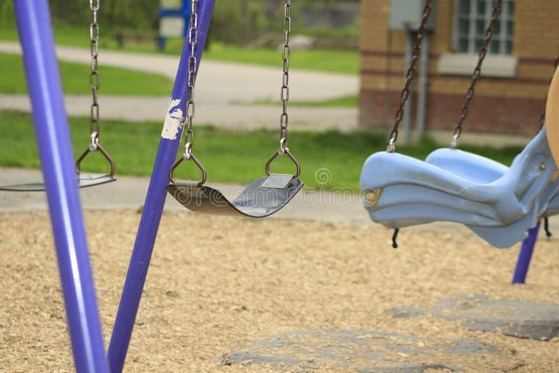 El oscilación fijó en un patio de la escuela, foco slective imagenes de archivo