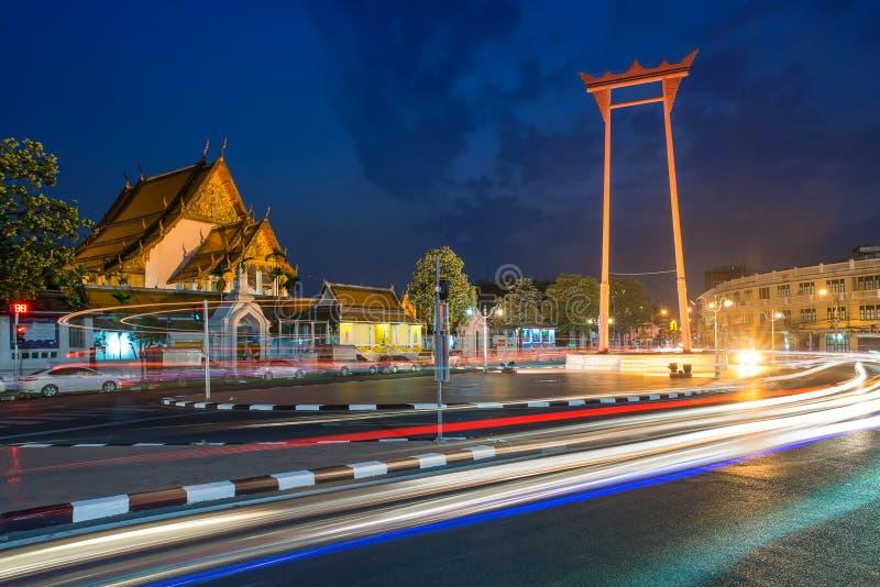 El oscilación gigante con el templo de Buda (Bangkok, Tailandia) imagenes de archivo