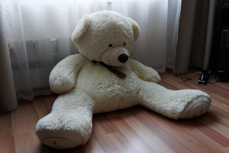 El oso de peluche está cansado esperándole imagenes de archivo