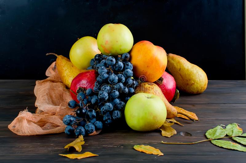 El otoño fresco da fruto - granada, las uvas y las manzanas fotografía de archivo libre de regalías