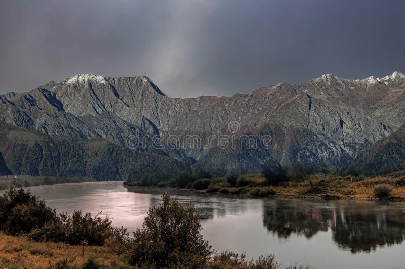 El otoño ha venido a las montañas imagen de archivo