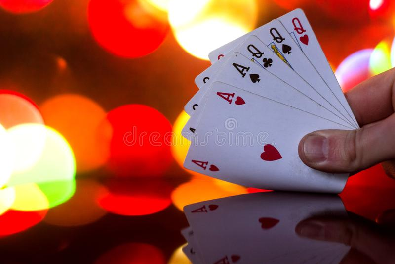 El póker de la casa llena carda la combinación en juego de tarjeta borroso de la fortuna de la suerte del casino del fondo imagenes de archivo
