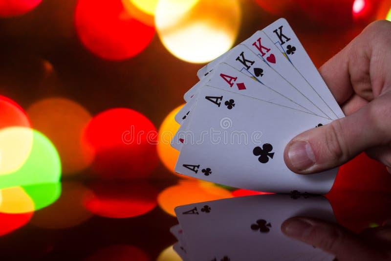 El póker de la casa llena carda la combinación en juego de tarjeta borroso de la fortuna de la suerte del casino del fondo foto de archivo