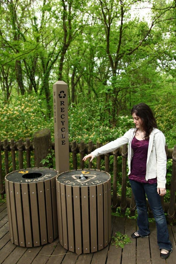 El público recicla y pierde las latas fotos de archivo