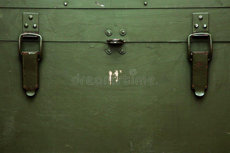 El paño militar viejo de la cerradura de la munición del almacenamiento del verde de la caja del vintage rasguña guerra foto de archivo