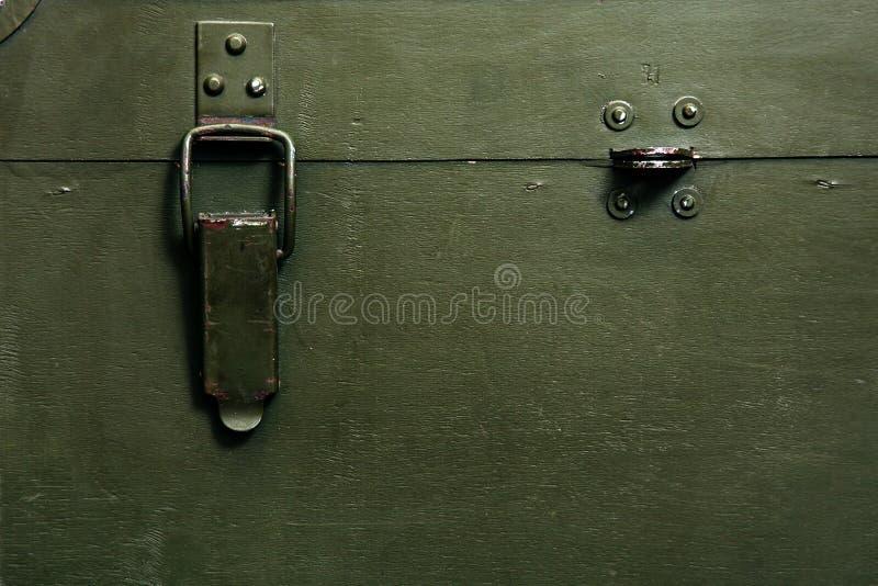 El paño militar viejo de la cerradura de la munición del almacenamiento del verde de la caja del vintage rasguña a hombres rotos  imagen de archivo