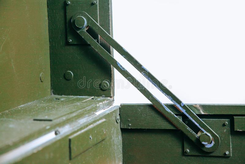 El paño militar viejo de la cerradura de la munición del almacenamiento del verde de la caja del vintage rasguña a hombres rotos  foto de archivo libre de regalías