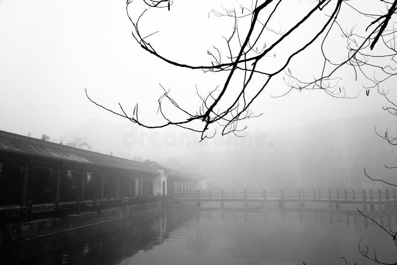 Pabellón antiguo en la niebla foto de archivo
