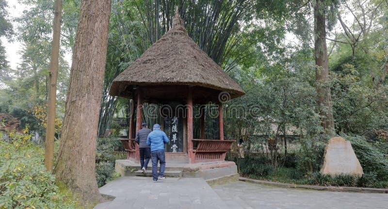 El pabellón turístico del tejado cubierto con paja de la visita en Du Fu cubrió con paja el parque de la cabaña, adobe rgb fotografía de archivo